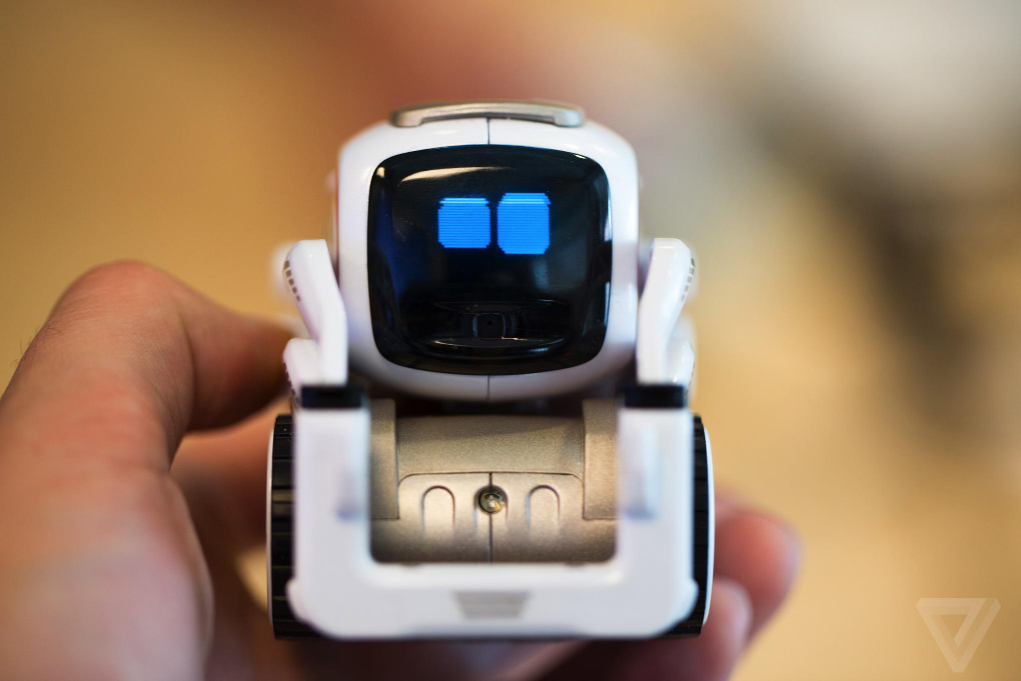 """迷你人工智能机器人Cozmo能与人进行""""眼神交流"""""""