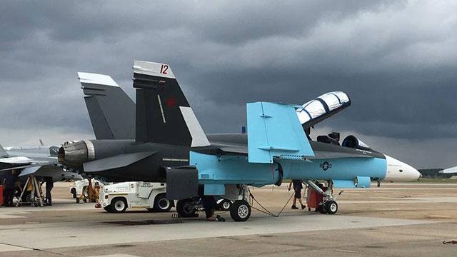 美国把F18战斗机涂装成苏35