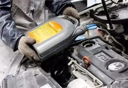 发动机机油加多了不光毁车 而且还很费油