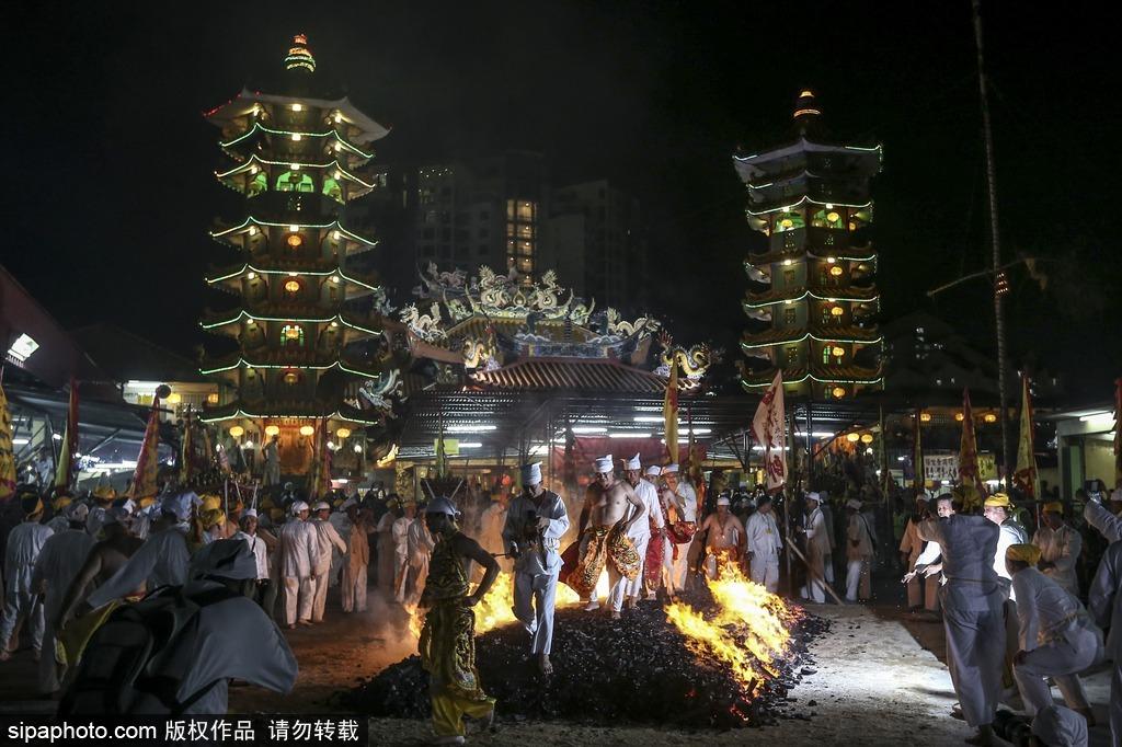 马来西亚华人脚踩火炭 庆祝九皇斋节