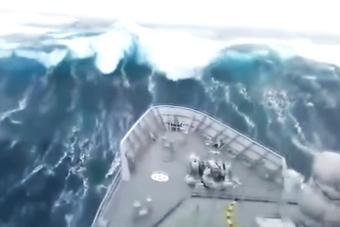 实拍军舰在15米高巨浪中航行