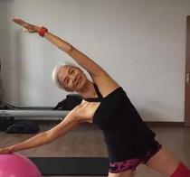 71岁老人身材苗条如少女 已健身11年