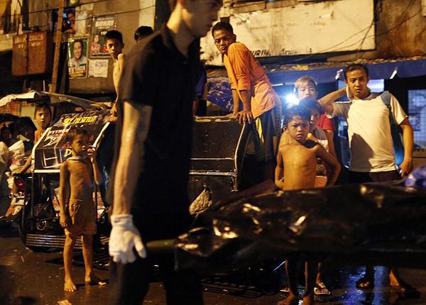 菲律宾被抓涉毒者参加改造制作棺材