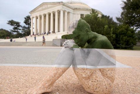 美国艺术家彩绘裸模完美融入城市地标
