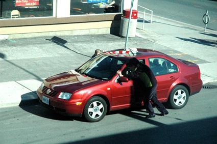 汽车电瓶没电了怎么办 教你三种方法应急启动