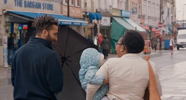 暖心!伦敦一男教师街头行善视频迅速走红网络