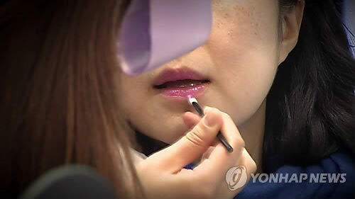 """韩媒:今秋必备口红 """"极光红""""入选"""