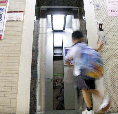 小区电梯、楼道卫生真闹心