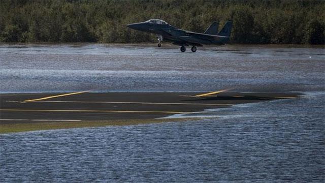美F22和F15机群避开灭顶之灾