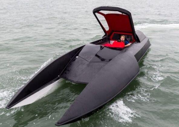 """英国工程师花5年时间打造梦幻""""蝙蝠船"""""""
