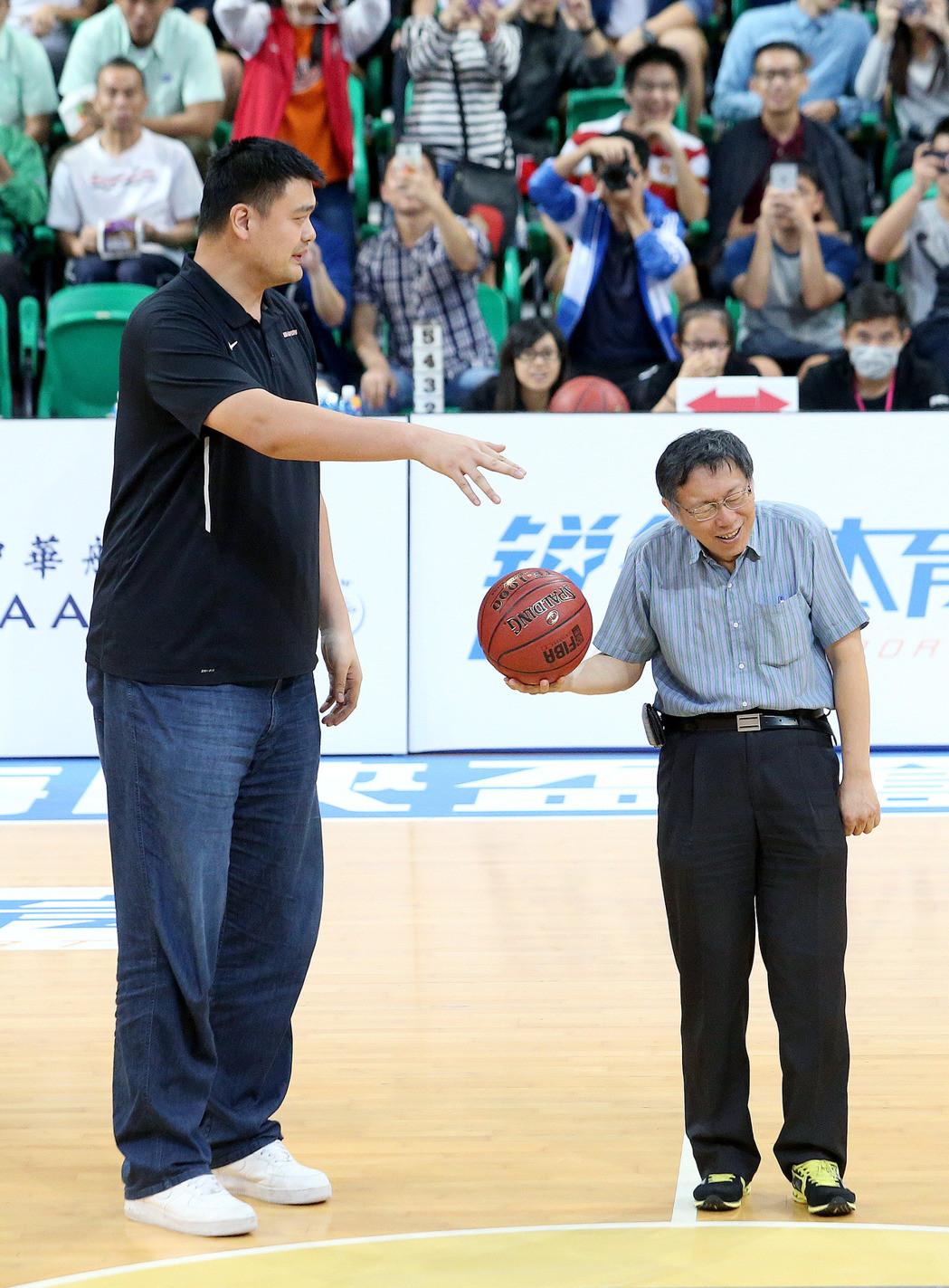台北市长与姚明同开球 形成最萌身高差