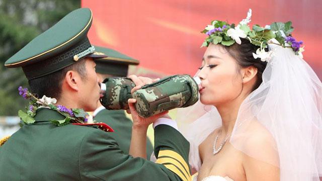 14对新人的部队婚礼场面难得