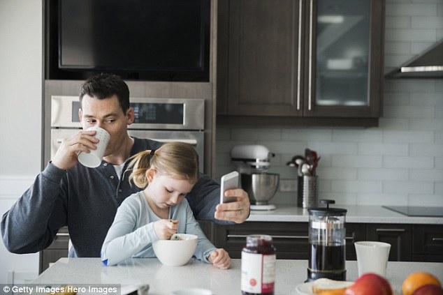 研究:父母沉溺电子设备或可引发家庭冲突