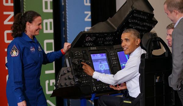 奥巴马体验飞机模拟器变身飞行员