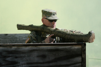 某新型单兵火箭亮相演兵场