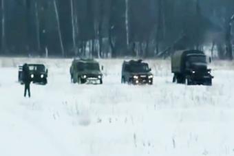俄和欧美4款军车在雪地比赛