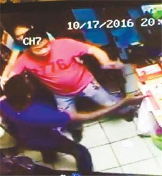 再一次!华人店主持枪制伏闯店抢劫非裔嫌犯