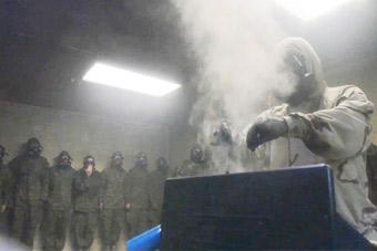 美军新兵被关在毒气室里用烟熏