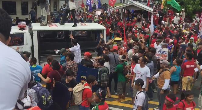 菲数百抗议者在美驻菲使馆前要求美撤军 遭警车反复碾压