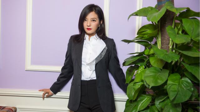 赵薇现身霸道总裁范儿红唇娇艳