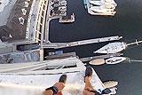 美男子从40米高成功跳入水中