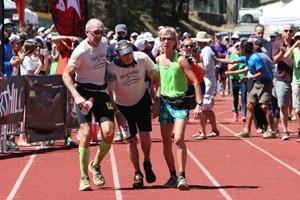 72岁老人挑战100英里马拉松 差1秒超过截止时间