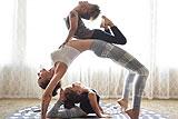 美母子三人练高难度花式瑜伽