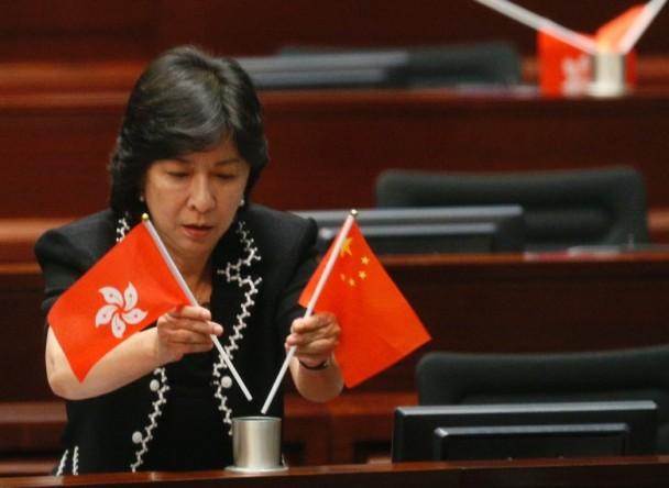 香港议员辱国旗区旗挨批 港媒:对峙更形恶化