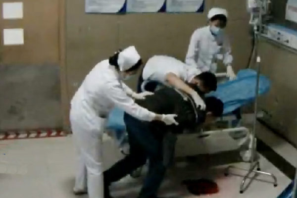 上海一医生连续工作32小时后吐血画面