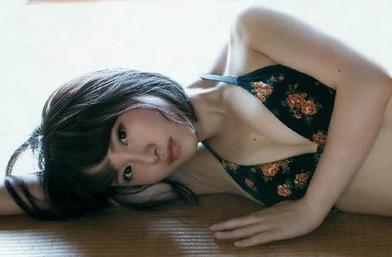 AKB48成员白色比基尼秀丰满胴体 事业线超三寸