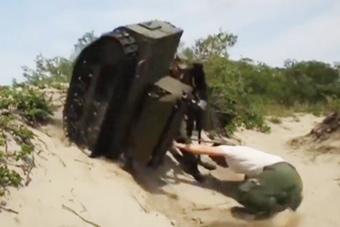 俄军战斗机器人录节目时栽倒