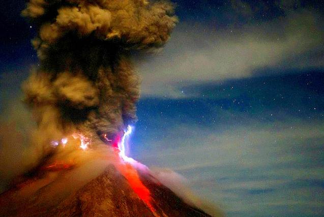实拍火山喷发瞬间:炽热熔岩令人畏惧