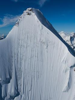 滑雪者垂直速降阿尔卑斯山 场面壮观