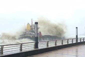 """""""海马""""登陆广东  大浪几乎淹没巨轮"""