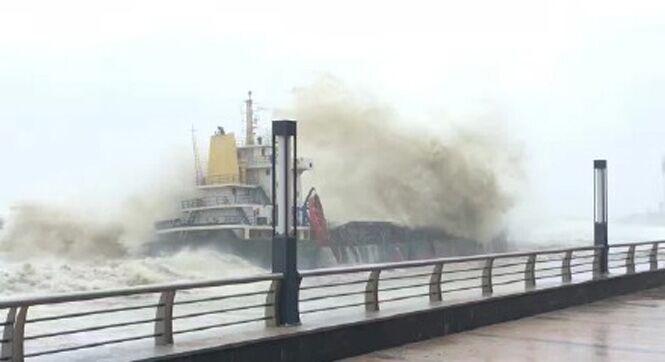 """台风""""海马""""登陆 商铺歇业游客追风"""