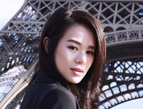 胡杏儿漫步巴黎 随心而动展洒脱魅力