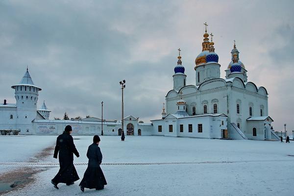 俄罗斯托博尔斯克城迎降雪 教堂广场宛如童话世界