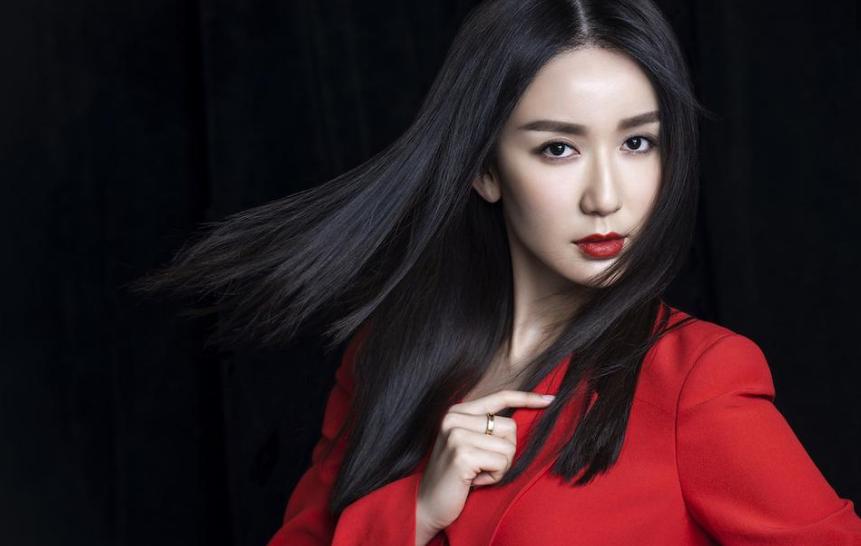 娄艺潇拍时尚写真 红唇导师帅气爆表
