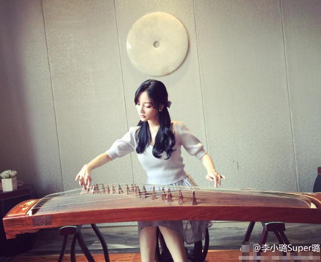 李小璐弹古筝:生在古代 定是内八字大家闺秀