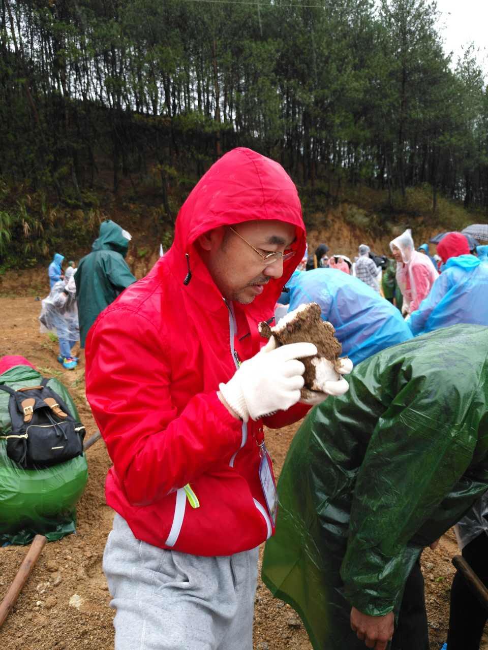 刘仪伟现身药材溯源之旅  与专家探讨道地原料