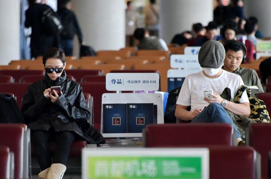 """张靓颖冯轲""""闹剧""""后同框 各自玩手机"""