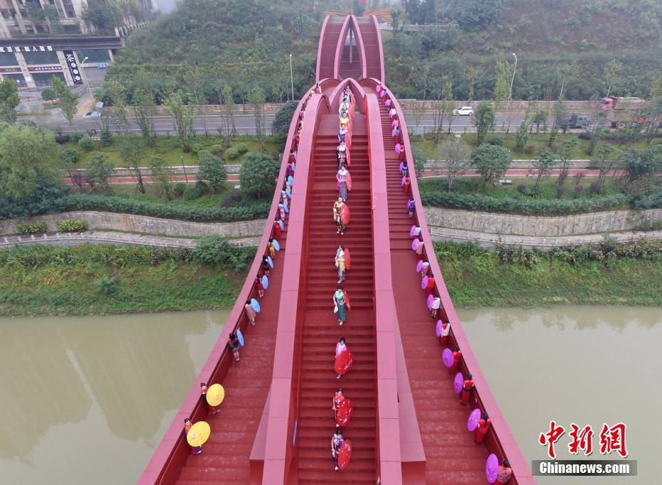"""百位女性着旗袍漫步长沙""""中国结""""步行桥"""