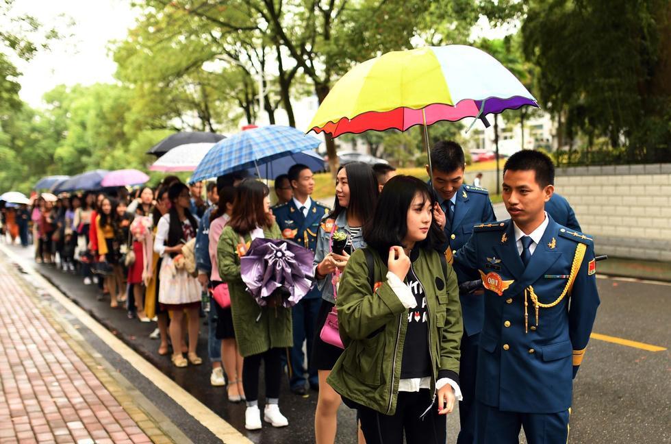 武汉军营遭遇爱情攻势 近200名女青年争当军嫂