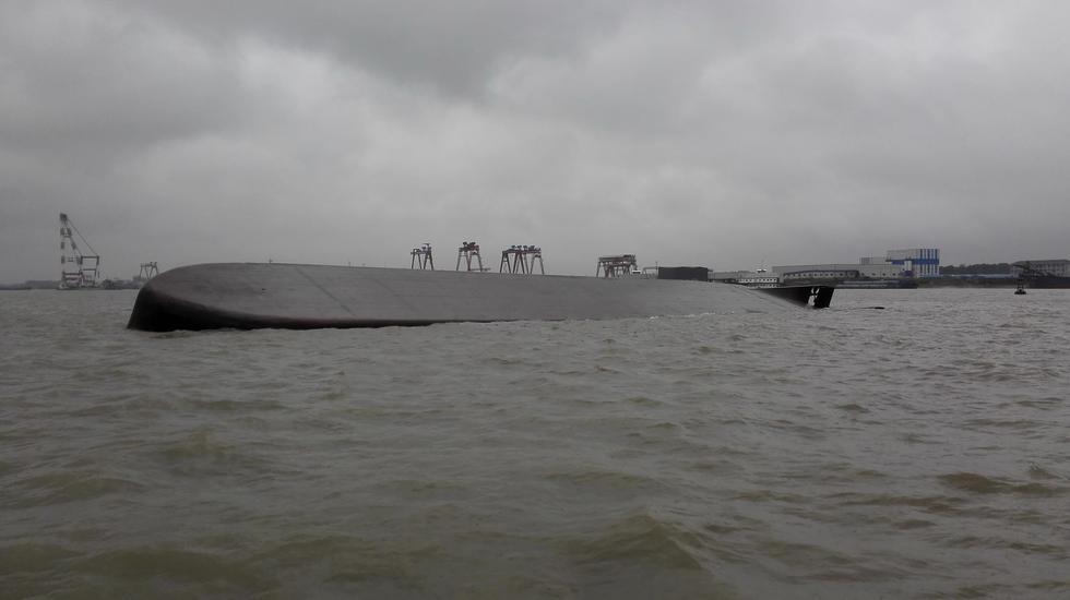 """长江一黄砂船被大型海轮""""扫到""""翻沉 3名船员落水"""