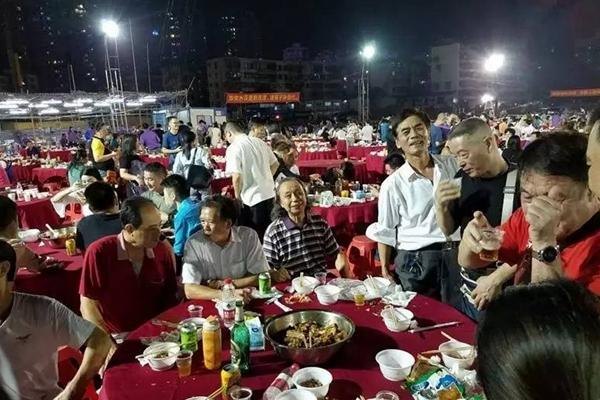 深圳拆迁废墟现千人盆菜宴