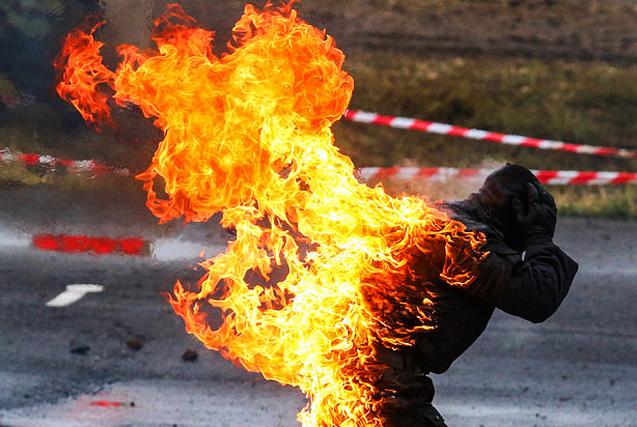 环球图片一周精选 俄士兵烈火烧身表演特技