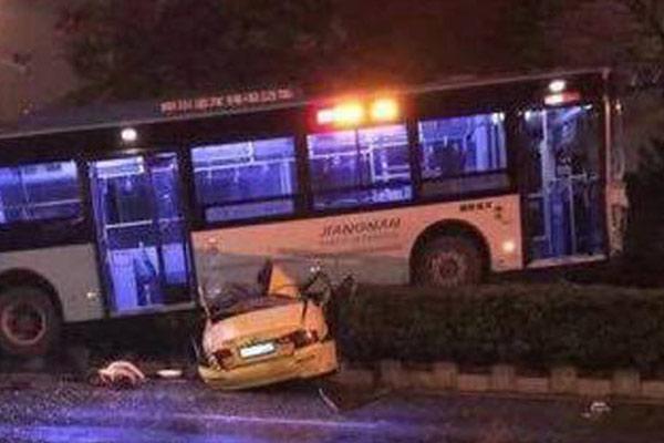 南京一公交碾压出租车 2人当场死亡