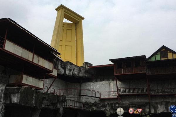 """重庆楼顶立巨门 被戏称""""上帝之门"""""""