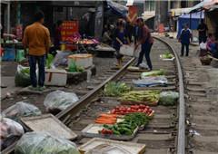 """贵州遵义""""铁路菜市"""" 火车直接从菜摊上开过"""