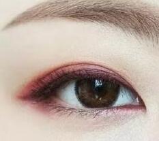 抛开大地色眼影,妩媚的酒红色妆在向你招手